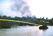 lance à napalm montée sur un bateau, peut se monter aussi sur un avion